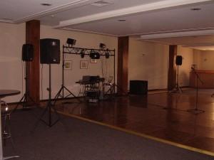 dj con equipos iluminacion data show musica envasada matrimonios fiestas