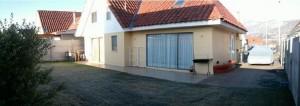 casa grandisima, amplio patio con terraza y jardin frontal