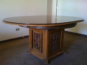 mesa comedor antiguo con seis sillas y estante