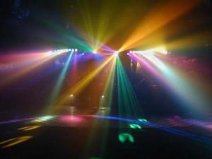 arriendo de equipos audio amplificación iluminación dj para eventos